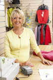 Vrouwelijke verkoopmedewerker in kledingsopslag Royalty-vrije Stock Afbeelding
