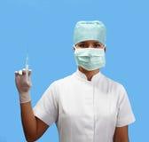 Vrouwelijke verpleegster die een spuit houdt stock foto