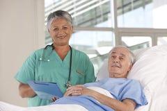 Vrouwelijke verpleegster en patiënt Royalty-vrije Stock Foto