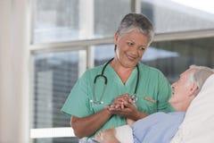 Vrouwelijke verpleegster en patiënt Royalty-vrije Stock Afbeeldingen