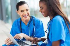Vrouwelijke verpleegsterspret Stock Foto