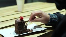 Vrouwelijke verslaafde die aan snoepjes de hoge cake van de caloriechocolade, ongezond dieet eten stock videobeelden