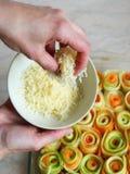 Vrouwelijke vingers die geassorteerde groenten doen Stock Foto's