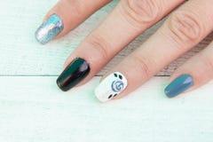 Vrouwelijke vingers met geschilderde spijkers stock foto's