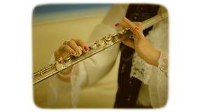 Vrouwelijke vingersvingertechniek de knopen op de fluit 8mm retro stijlfilm stock footage