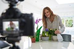 Vrouwelijke Vlogger die Sociale Media Video over Houseplant-Zorg voor Internet maken stock foto