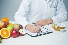 Vrouwelijke voedingsdeskundige op het werk Royalty-vrije Stock Foto