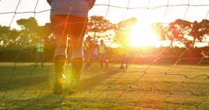 Vrouwelijke voetballer die de bal in doel 4k tegenhouden stock videobeelden