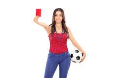 Vrouwelijke voetbalventilator die een rode kaart tonen Stock Afbeelding