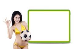 Vrouwelijke voetbalventilators met copyspace stock fotografie
