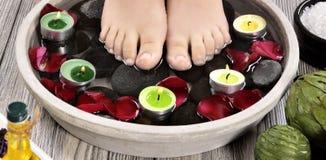 Vrouwelijke voeten bij kuuroordsalon op pedicureprocedure Stock Foto