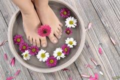 Vrouwelijke voeten bij kuuroordsalon op pedicureprocedure Royalty-vrije Stock Afbeeldingen