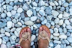 Vrouwelijke voeten close-up van kiezelstenen Stock Foto's
