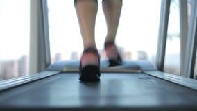 Vrouwelijke voeten die snel op tredmolen lopen, die hard doel werken te slagen en te bereiken stock footage