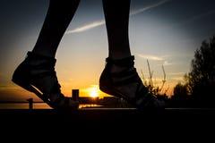Vrouwelijke voeten die voor vrijheid lopen Royalty-vrije Stock Afbeeldingen