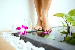 vrouwelijke voeten door een gedaald voetbad Royalty-vrije Stock Afbeeldingen