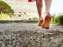 Vrouwelijke voeten in elegante hoge hielen die op steeg lopen Royalty-vrije Stock Afbeeldingen