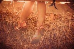 Vrouwelijke voeten het hangen stock afbeelding