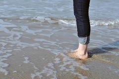 Vrouwelijke voeten in het overzees Stock Afbeelding