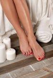 Vrouwelijke voeten in kuuroordsalon, pedicureprocedure Stock Fotografie