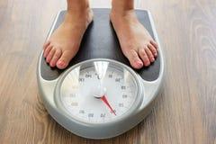 Vrouwelijke voeten met gewichtsschaal stock foto's