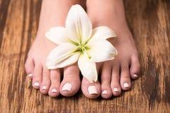 Vrouwelijke voeten met kuuroordpedicure Stock Afbeelding
