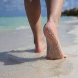 Vrouwelijke Voeten op Tropisch Zandstrand. Benen het Lopen. Royalty-vrije Stock Afbeeldingen