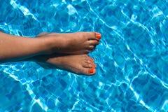 Vrouwelijke voeten in pool Royalty-vrije Stock Fotografie