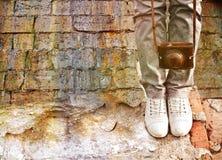 Vrouwelijke voeten in schoenen en retro camera Stock Foto