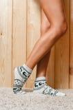 Vrouwelijke voeten in sokken royalty-vrije stock foto's