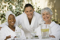 Vrouwelijke Vrienden bij Eettafel royalty-vrije stock afbeelding