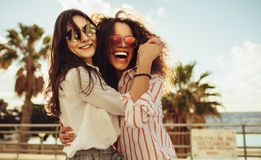 Vrouwelijke vrienden die pret op dagtocht hebben royalty-vrije stock foto's