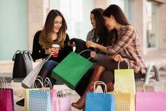 Vrouwelijke vrienden na shopping spree royalty-vrije stock foto's