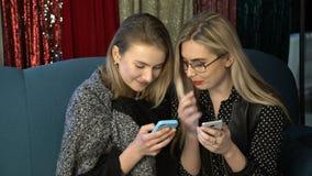 Vrouwelijke vriendschapsmeisje het babbelen mededeling bff stock video