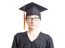 Vrouwelijke vrijgezel met oogglazen in mantel en graduatiehoed Royalty-vrije Stock Foto's