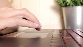 Vrouwelijke vrouwenhanden die toucpad en op toetsenbord van laptop, geen zitting van de gezichtsvrouw door lijst freelancing scro stock video