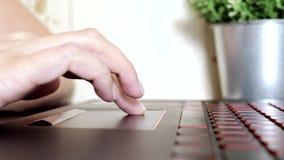 Vrouwelijke vrouwenhanden die toucpad en op toetsenbord van laptop, geen zitting van de gezichtsvrouw door lijst freelancing scro stock videobeelden