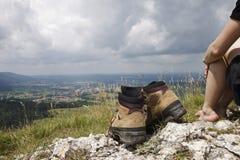 Vrouwelijke Wandelaar blootvoets met wandelingslaarzen Royalty-vrije Stock Foto