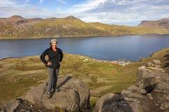 Vrouwelijke wandelaar boven DjúpavÃk, IJsland stock fotografie