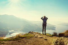 Vrouwelijke wandelaar bovenop de berg Royalty-vrije Stock Afbeelding