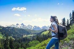 Vrouwelijke Wandelaar in de bergen die een toneel Regenachtigere mening van Onderstel bekijken stock afbeeldingen