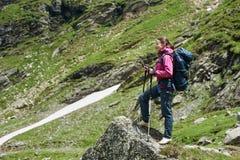 Vrouwelijke wandelaar in de bergen van Roemenië Stock Foto's