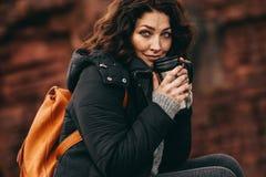 Vrouwelijke wandelaar die met een koffie rusten royalty-vrije stock fotografie