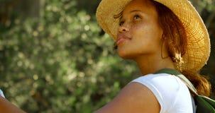Vrouwelijke wandelaar die zich met kaart in platteland 4k bevinden stock video