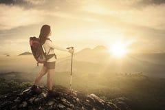 Vrouwelijke wandelaar met stok in klip royalty-vrije stock foto's