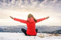 Vrouwelijke wandelaar op sneeuw behandelde bergbovenkant stock afbeelding