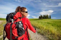 Vrouwelijke wandelende vrouw die gelukkig en tijdens stijgingstrek glimlachen op Toscan Stock Fotografie