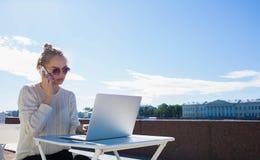 Vrouwelijke Webontwerper die gesprek op celtelefoon hebben met cliënt Exemplaarruimte op hemel royalty-vrije stock foto