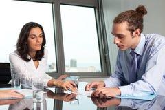 Vrouwelijke werkgever die een intern helpen stock afbeeldingen