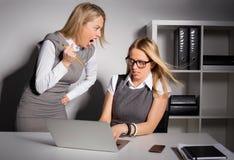 Vrouwelijke werkgever ongeveer om haar werknemer met potlood te doden Stock Fotografie